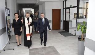 Poświęcenie budynku. Na zdjęciu: Ks. Stanisław Kućmierowski, Anna Chrzczonowska i Adam Ziajko.